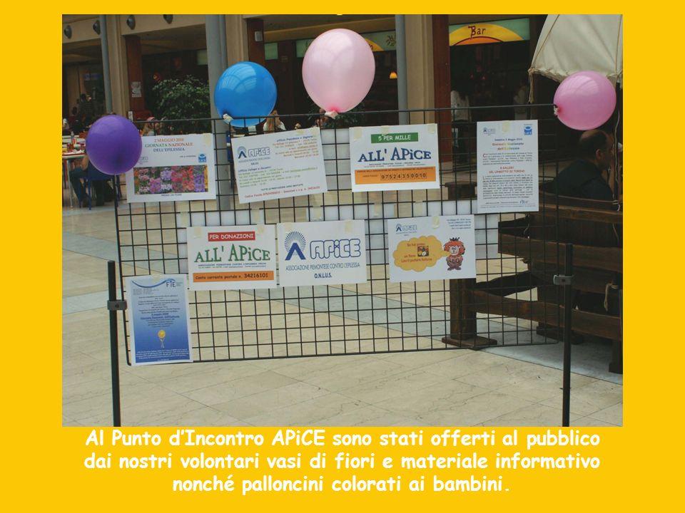 Al Punto dIncontro APiCE sono stati offerti al pubblico dai nostri volontari vasi di fiori e materiale informativo nonché palloncini colorati ai bambi
