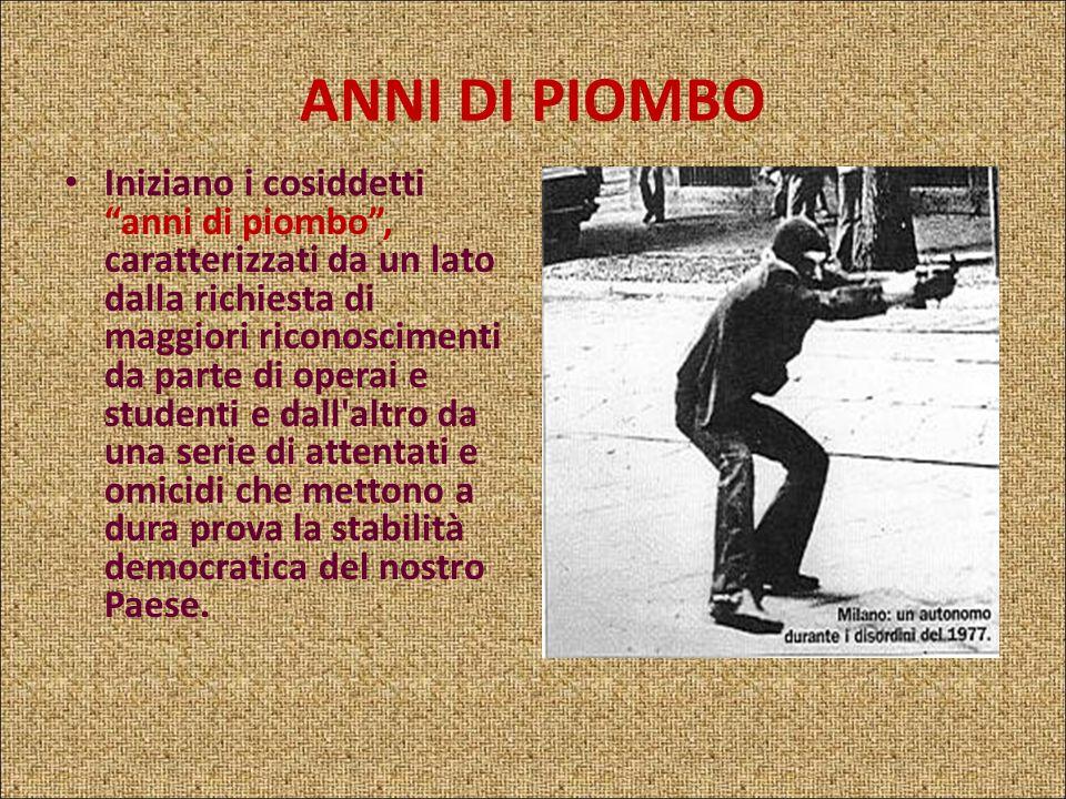 ANNI DI PIOMBO Con la strage di Piazza Fontana a Milano, il 12 dicembre del 1969 inizia un periodo difficilissimo per la vita politica e sociale itali