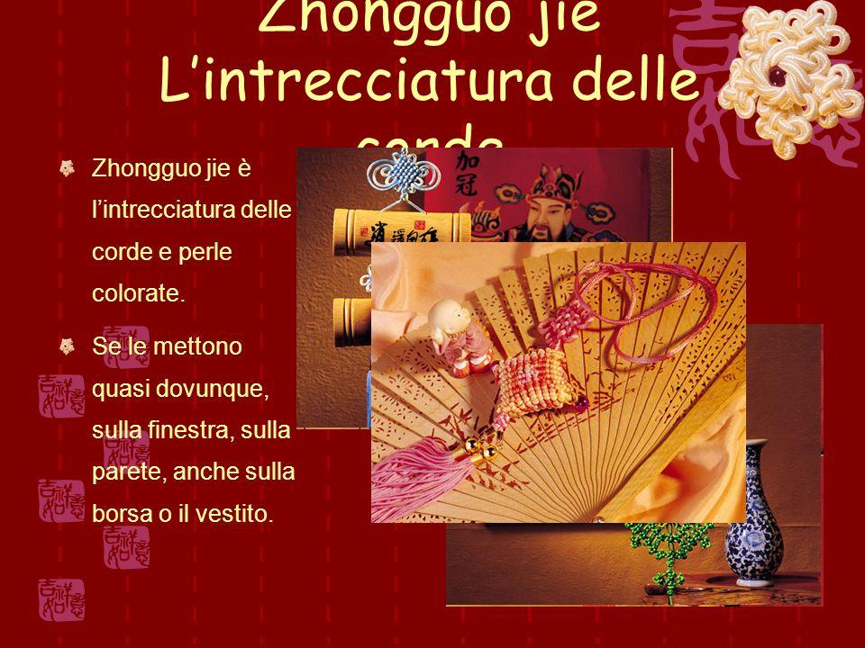 Zhongguo jie Lintrecciatura delle corde Zhongguo jie è lintrecciatura delle corde e perle colorate.