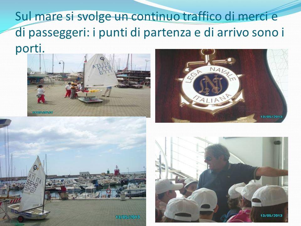 Sul mare si svolge un continuo traffico di merci e di passeggeri: i punti di partenza e di arrivo sono i porti.
