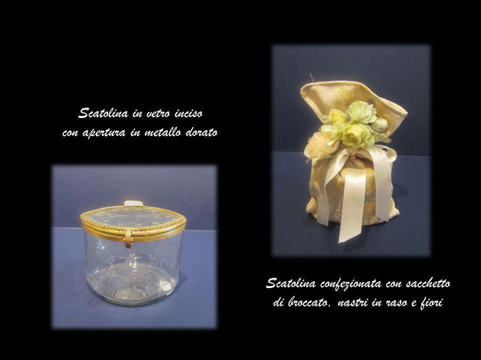 Scatolina in vetro inciso con apertura in metallo dorato Scatolina confezionata con sacchetto di broccato, nastri in raso e fiori