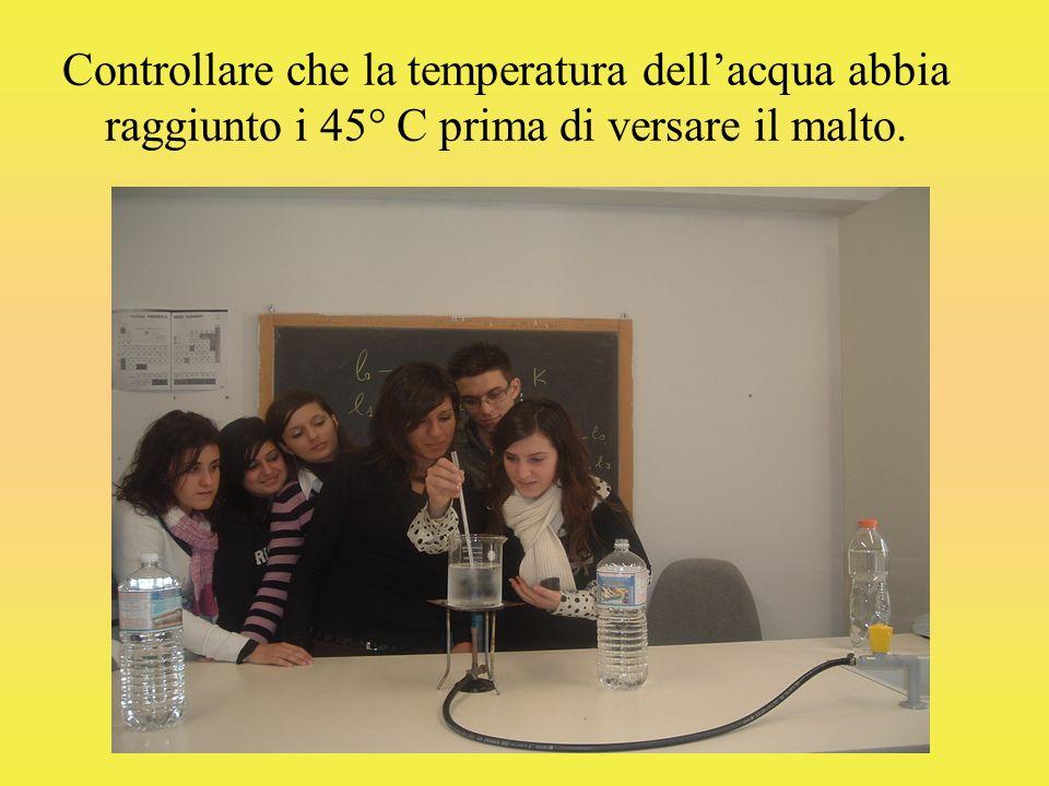 Controllare che la temperatura dellacqua abbia raggiunto i 45° C prima di versare il malto.