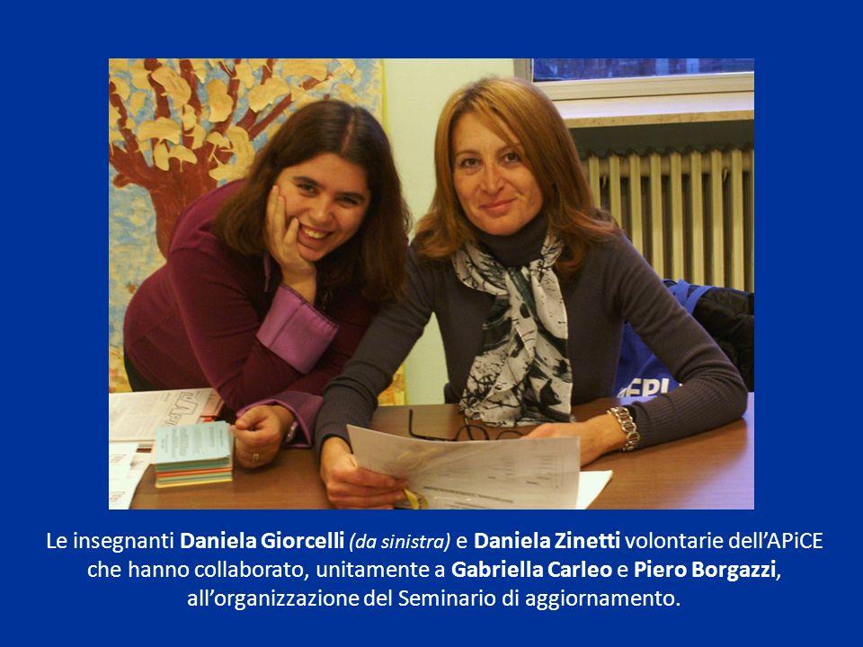 Le insegnanti Daniela Giorcelli (da sinistra) e Daniela Zinetti volontarie dellAPiCE che hanno collaborato, unitamente a Gabriella Carleo e Piero Borg