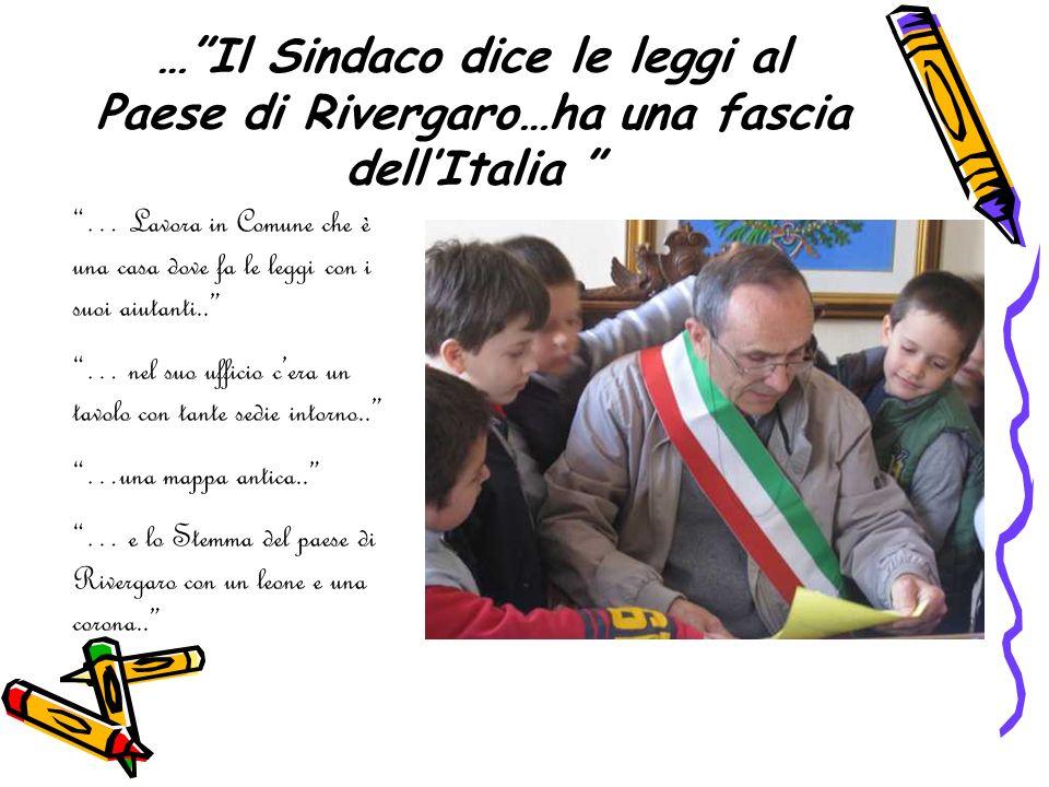 …Il Sindaco dice le leggi al Paese di Rivergaro…ha una fascia dellItalia … Lavora in Comune che è una casa dove fa le leggi con i suoi aiutanti.. … ne
