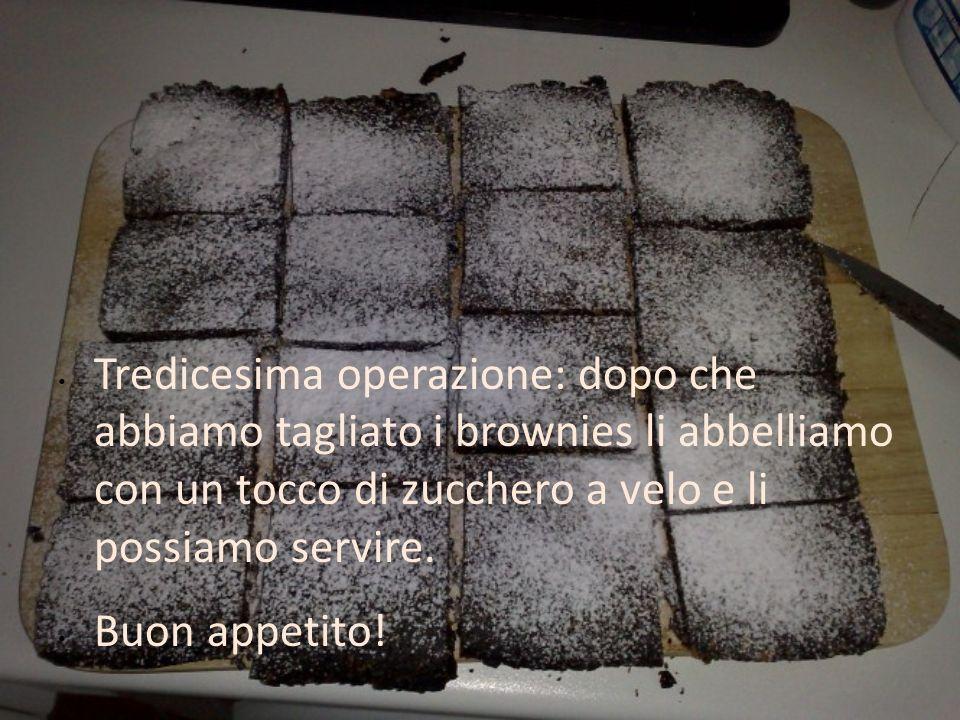 Tredicesima operazione: dopo che abbiamo tagliato i brownies li abbelliamo con un tocco di zucchero a velo e li possiamo servire.
