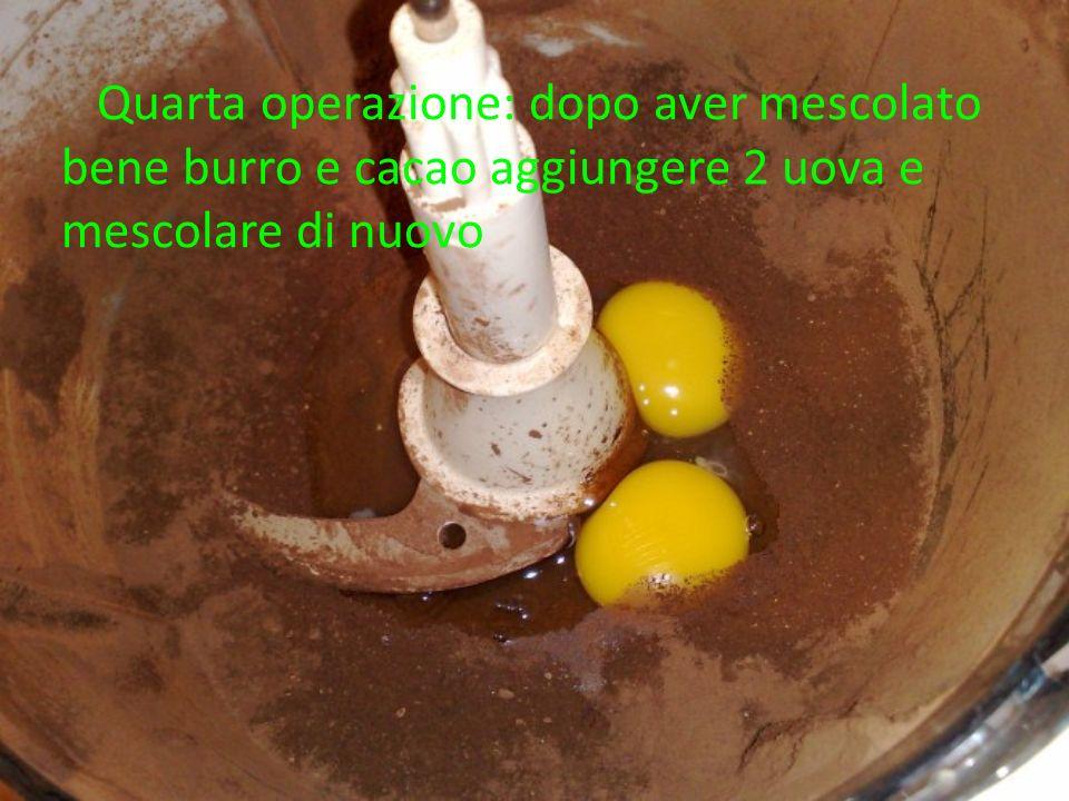 Quarta operazione: dopo aver mescolato bene burro e cacao aggiungere 2 uova e mescolare di nuovo