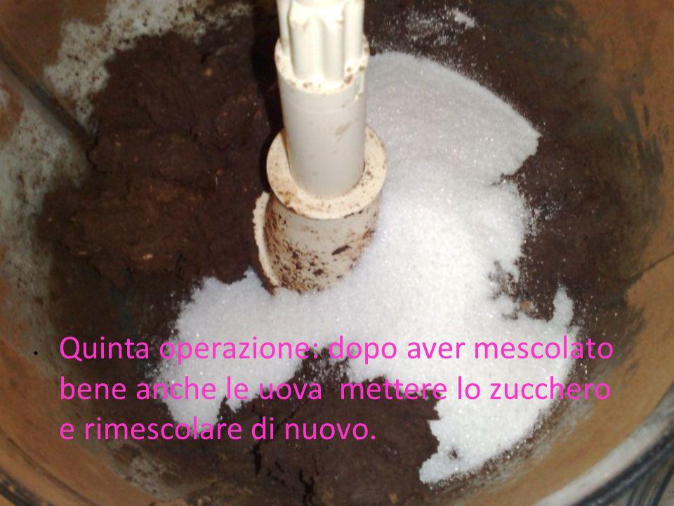 Quinta operazione: dopo aver mescolato bene anche le uova mettere lo zucchero e rimescolare di nuovo.
