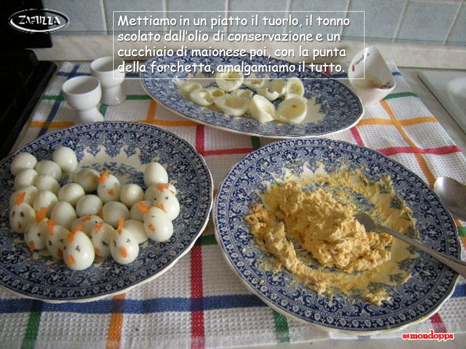 Tagliamo le uova a metà e le svuotiamo del tuorlo rassodato