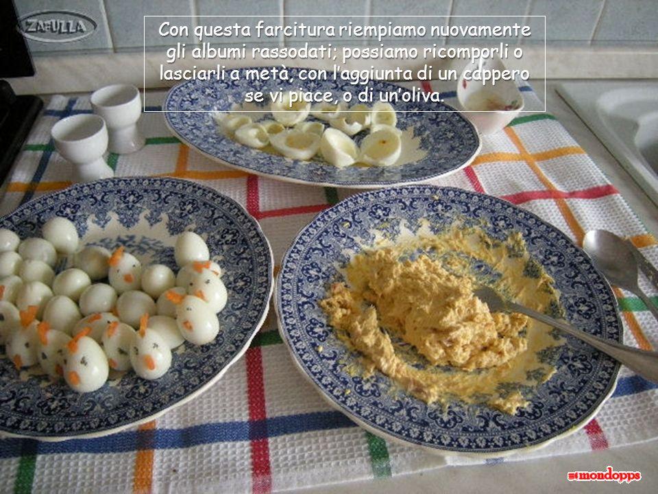 Mettiamo in un piatto il tuorlo, il tonno scolato dallolio di conservazione e un cucchiaio di maionese poi, con la punta della forchetta, amalgamiamo