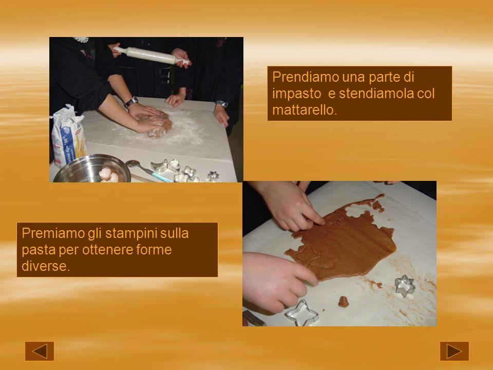 Prendiamo una parte di impasto e stendiamola col mattarello. Premiamo gli stampini sulla pasta per ottenere forme diverse.