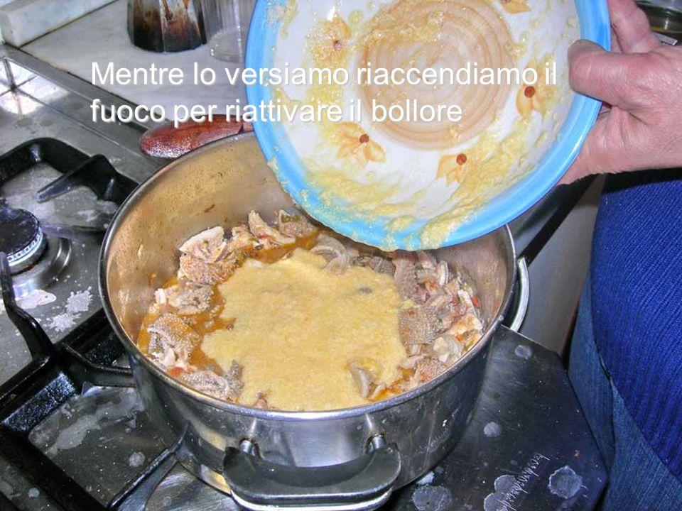 Riversiamo le uova ed il formaggio sulla trippa calda