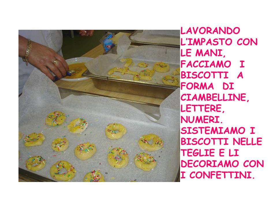 I biscotti sono pronti per essere infornati Dal forno escono biscotti dorati, croccanti, profumanti.