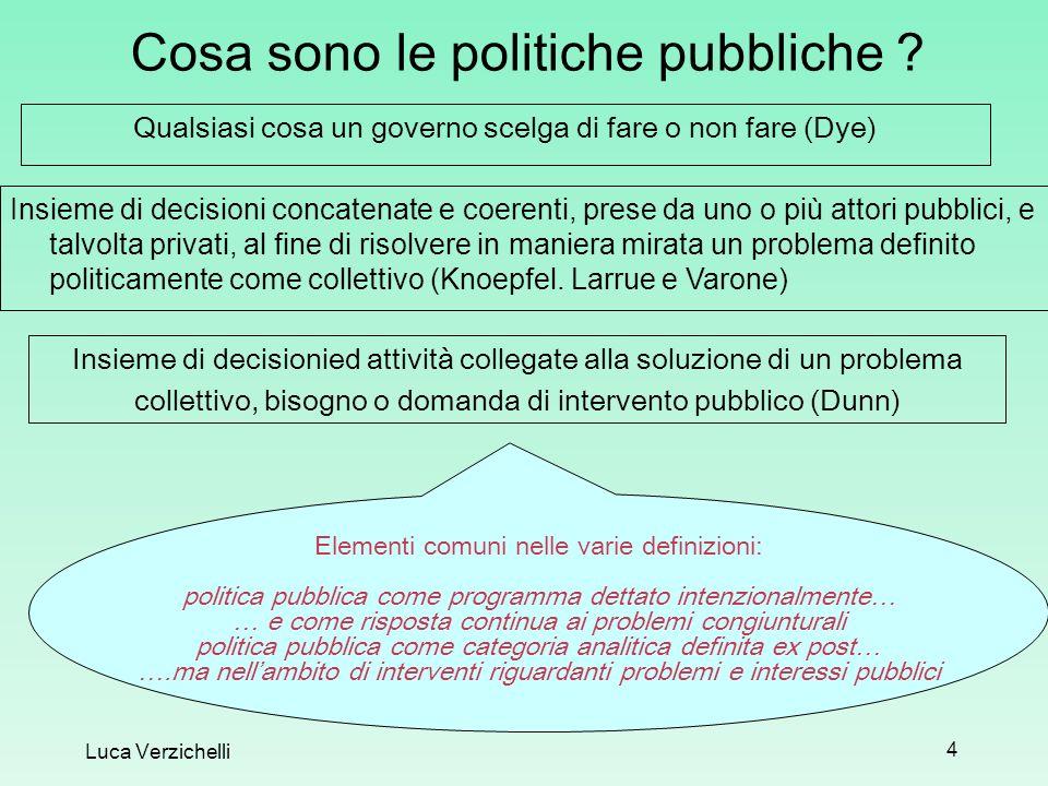 4 Cosa sono le politiche pubbliche ? Elementi comuni nelle varie definizioni: politica pubblica come programma dettato intenzionalmente… … e come risp