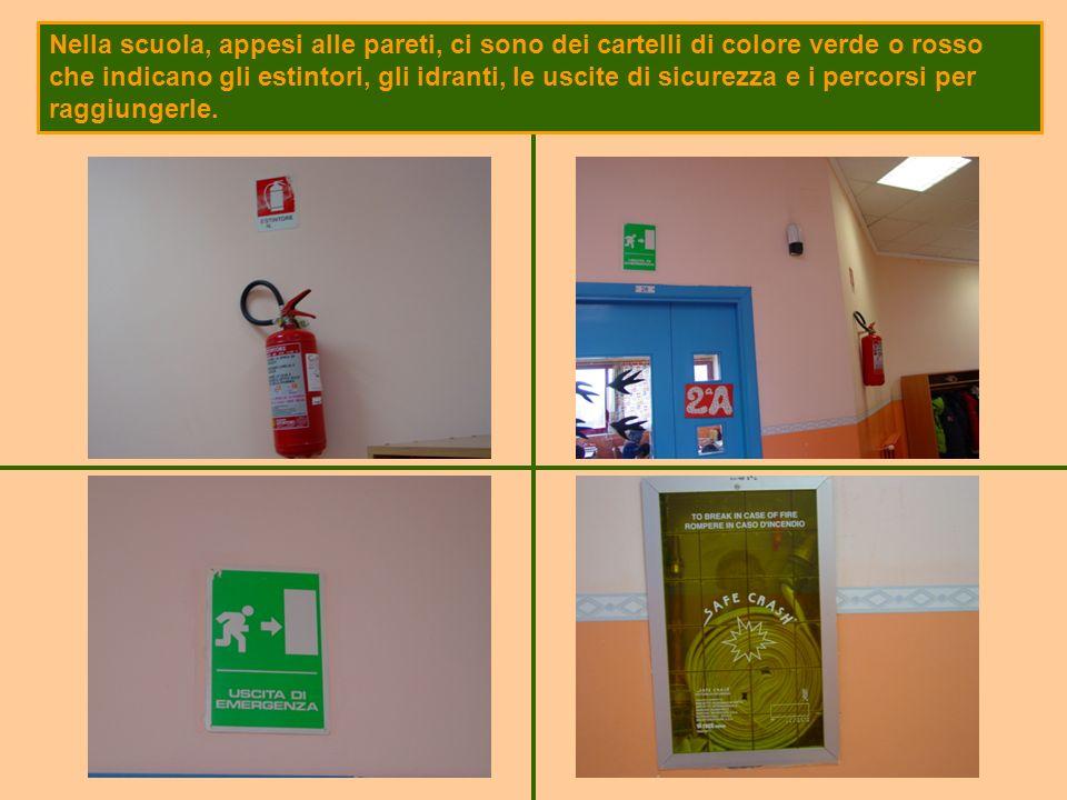 Nella scuola, appesi alle pareti, ci sono dei cartelli di colore verde o rosso che indicano gli estintori, gli idranti, le uscite di sicurezza e i per