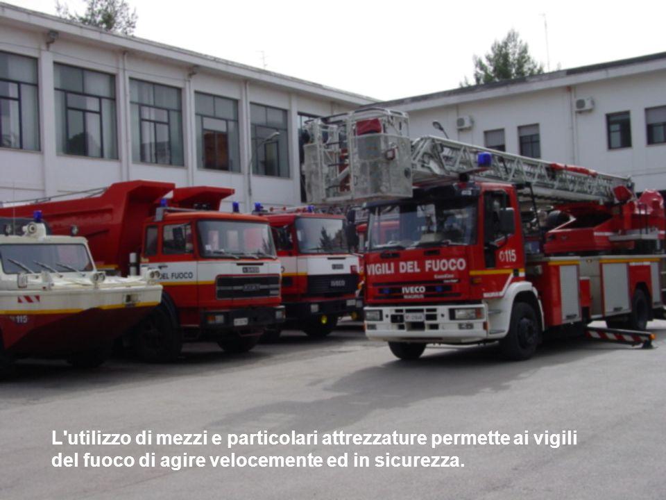 L'utilizzo di mezzi e particolari attrezzature permette ai vigili del fuoco di agire velocemente ed in sicurezza.