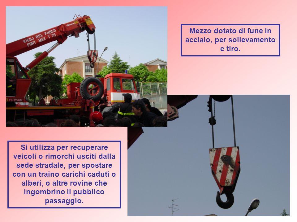 Si utilizza per recuperare veicoli o rimorchi usciti dalla sede stradale, per spostare con un traino carichi caduti o alberi, o altre rovine che ingom