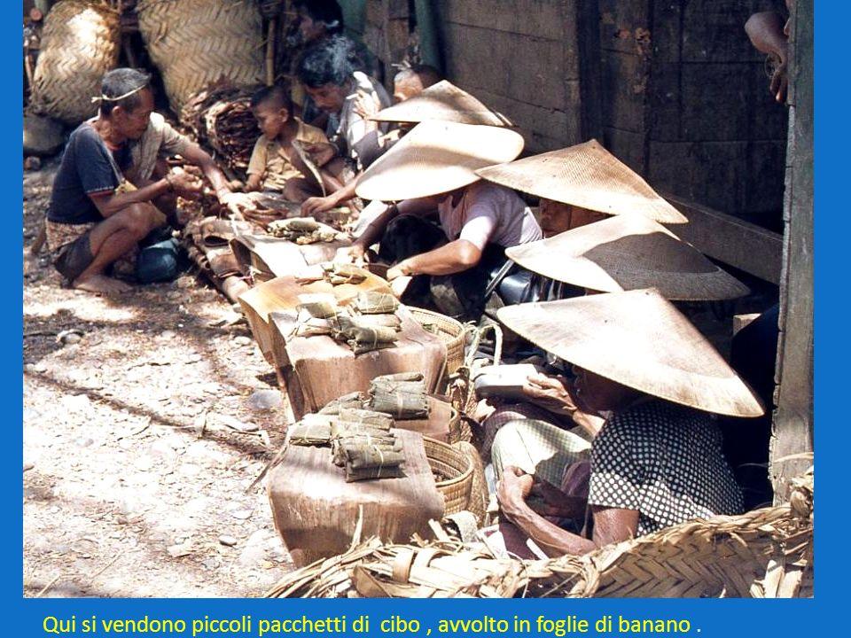 Qui si vendono piccoli pacchetti di cibo, avvolto in foglie di banano.