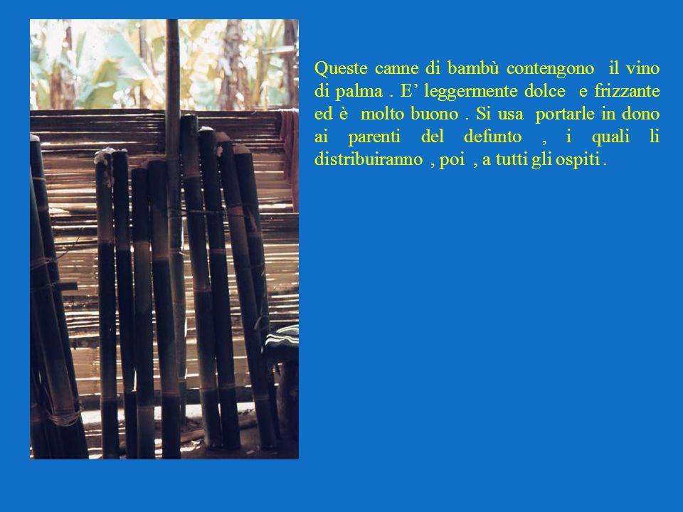 Queste canne di bambù contengono il vino di palma. E leggermente dolce e frizzante ed è molto buono. Si usa portarle in dono ai parenti del defunto, i