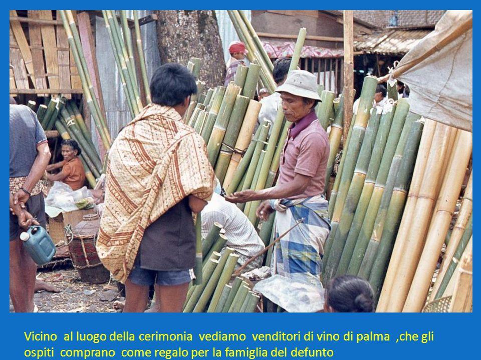Vicino al luogo della cerimonia vediamo venditori di vino di palma,che gli ospiti comprano come regalo per la famiglia del defunto