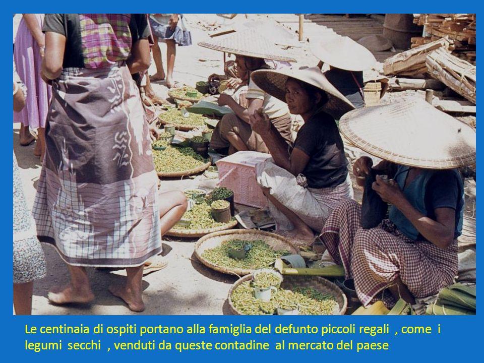 Le centinaia di ospiti portano alla famiglia del defunto piccoli regali, come i legumi secchi, venduti da queste contadine al mercato del paese