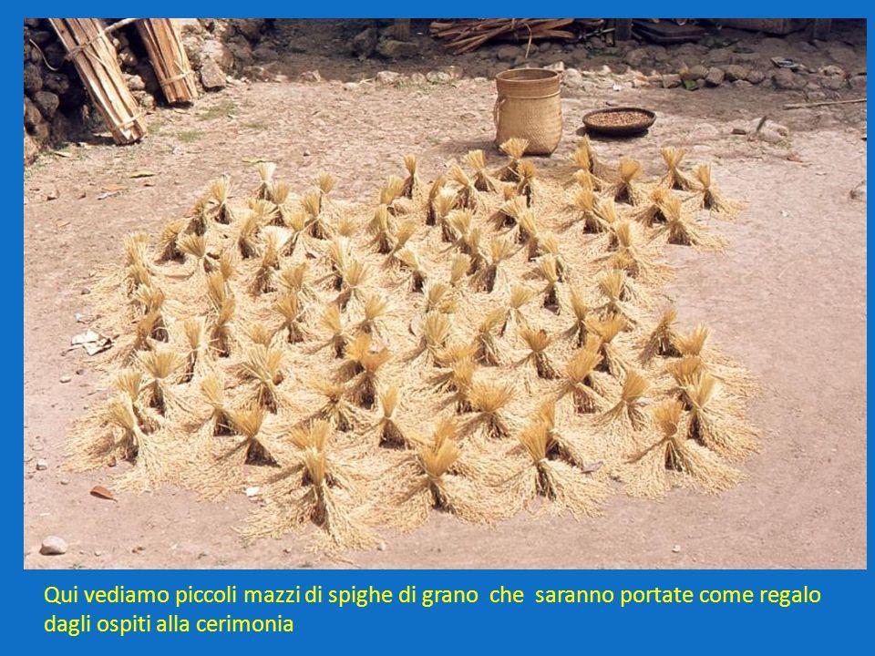 Qui vediamo piccoli mazzi di spighe di grano che saranno portate come regalo dagli ospiti alla cerimonia