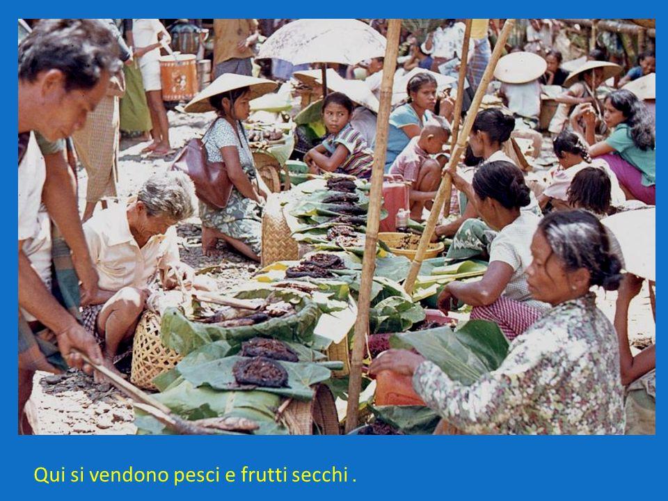Qui si vendono pesci e frutti secchi.