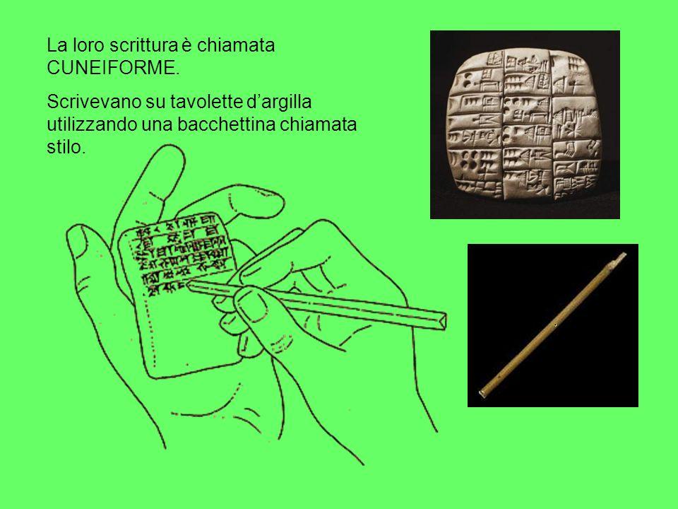 La loro scrittura è chiamata CUNEIFORME. Scrivevano su tavolette dargilla utilizzando una bacchettina chiamata stilo.