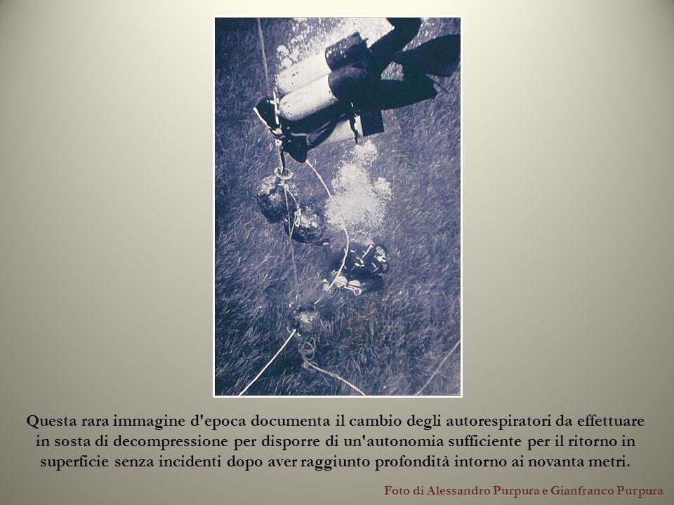Foto di Alessandro Purpura e Gianfranco Purpura Questa rara immagine d'epoca documenta il cambio degli autorespiratori da effettuare in sosta di decom