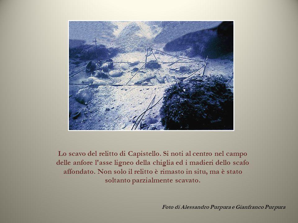Foto di Alessandro Purpura e Gianfranco Purpura Lo scavo del relitto di Capistello. Si noti al centro nel campo delle anfore l'asse ligneo della chigl
