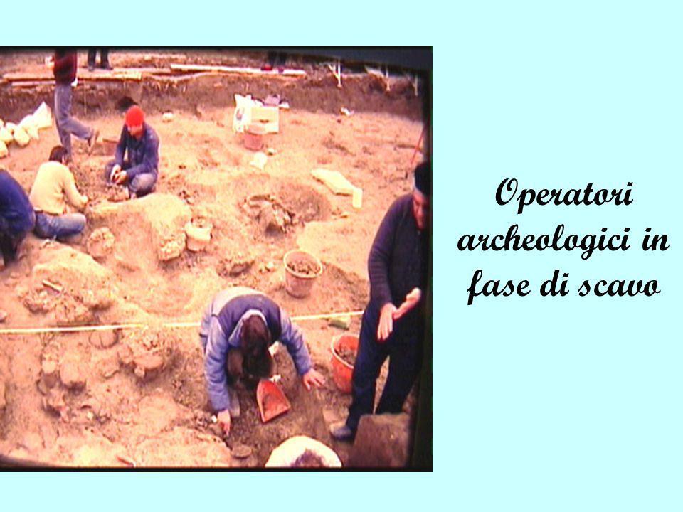 Operatori archeologici in fase di scavo