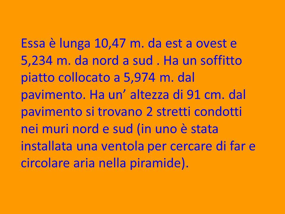 Essa è lunga 10,47 m. da est a ovest e 5,234 m. da nord a sud. Ha un soffitto piatto collocato a 5,974 m. dal pavimento. Ha un altezza di 91 cm. dal p