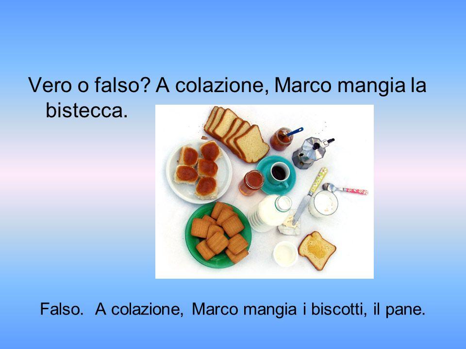 Falso. A colazione, Marco mangia i biscotti, il pane.
