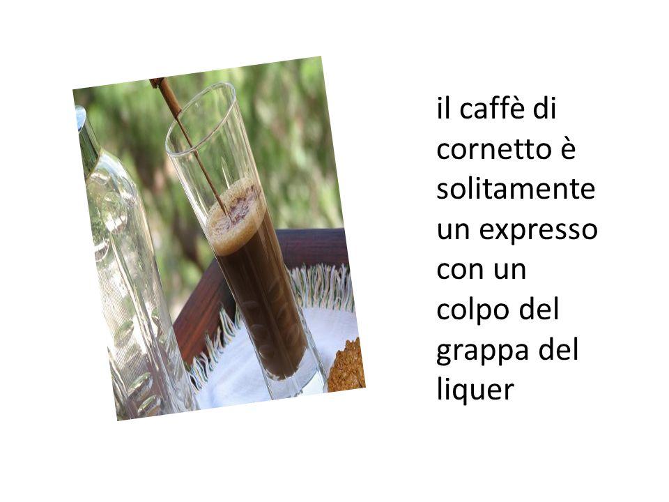 il caffè di cornetto è solitamente un expresso con un colpo del grappa del liquer