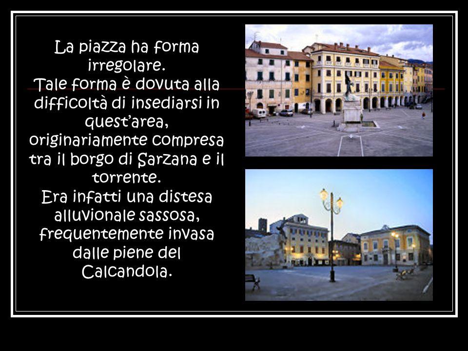 La piazza ha forma irregolare.