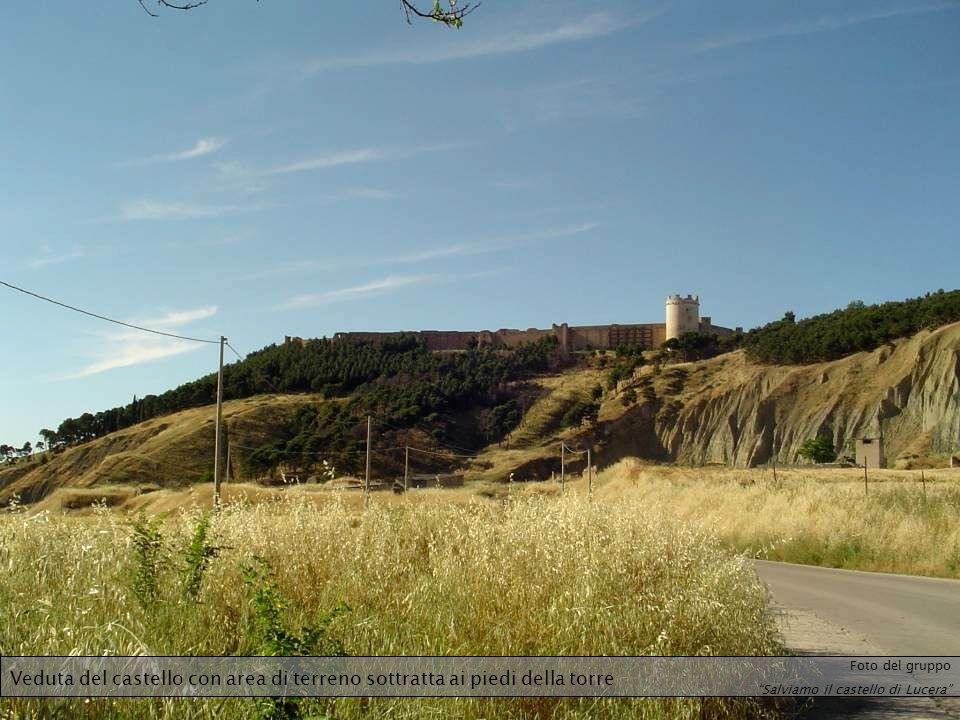 Veduta del castello con area di terreno sottratta ai piedi della torre Foto del gruppo Salviamo il castello di Lucera