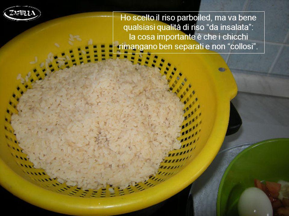 Il riso, cotto al dente, va scolato e lasciato raffreddare;