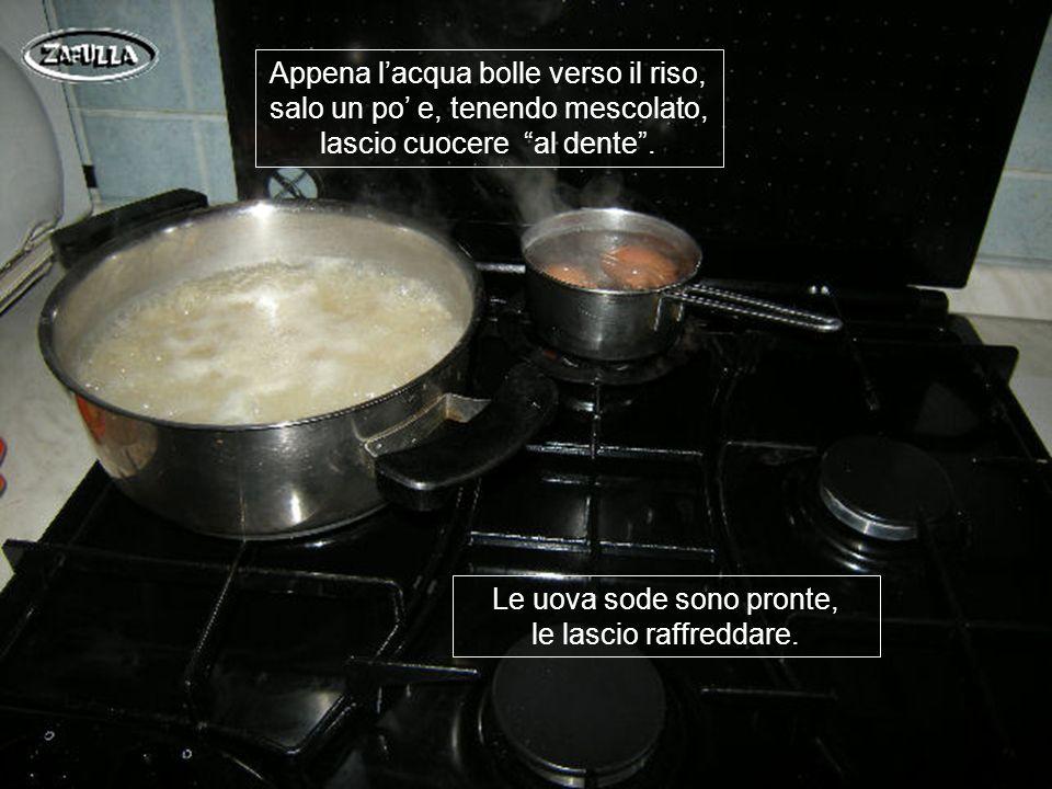 Metto le uova in un pentolino, coperte di acqua e lascio rassodare per 10 minuti dal bollo; intanto, a parte, metto a bollire lacqua per il riso.