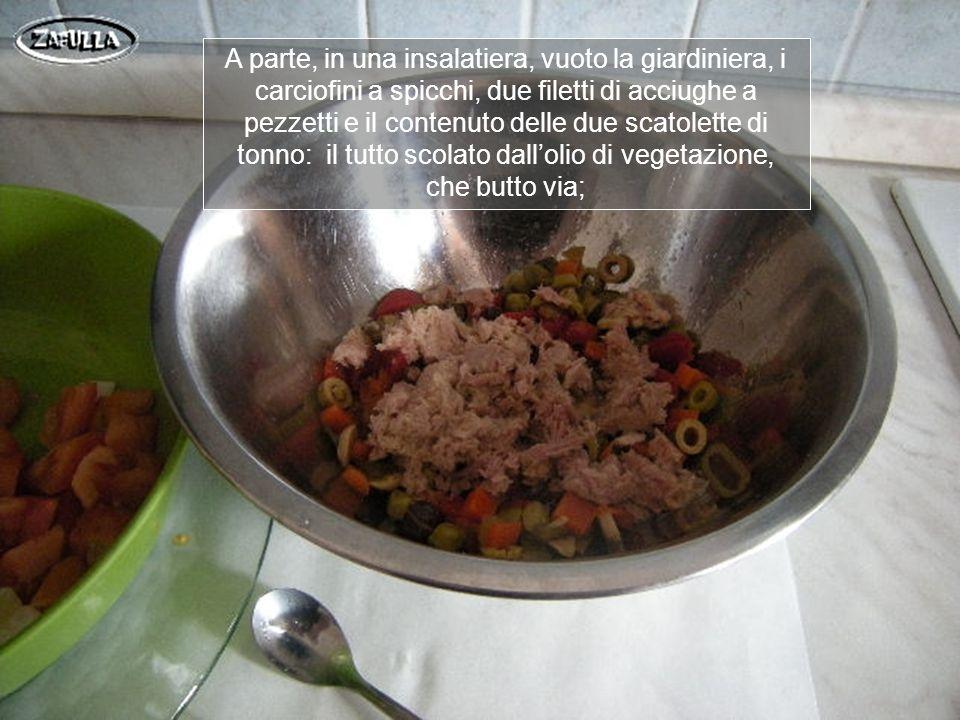 Sbuccio e affetto il cetriolo, riduco in spicchi piccoli il pomodoro già lavato e asciugato, condisco con olio, sale e aceto e lascio insaporire mentre preparo gli altri ingredienti.