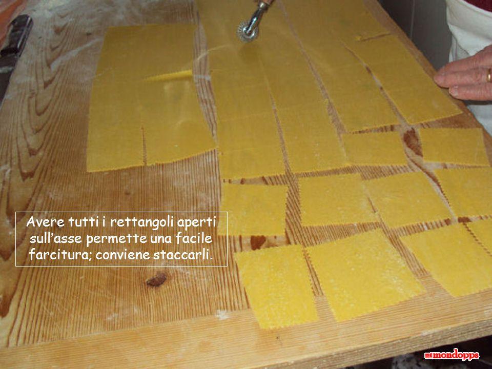 Avere tutti i rettangoli aperti sullasse permette una facile farcitura; conviene staccarli.