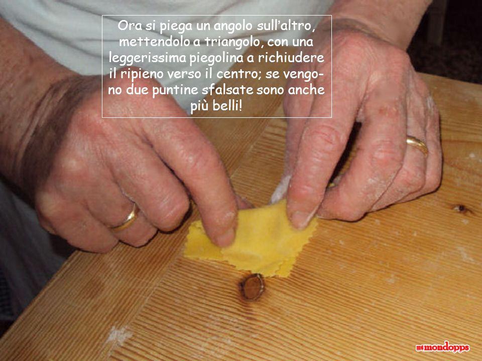 Qui si vede bene il pizzico di ripieno messo al centro; la nostra amica sembra avere il dosaggio nelle mani: sono tutti uguali!