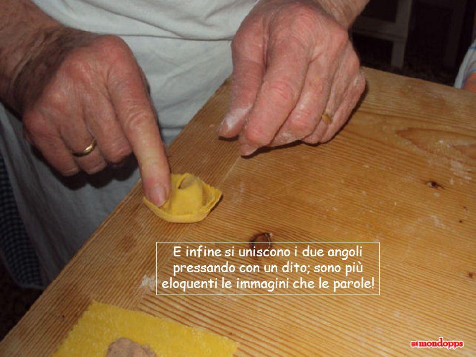 diciamo che si spinge il ripieno, facendo pressione sulla pasta attorno;