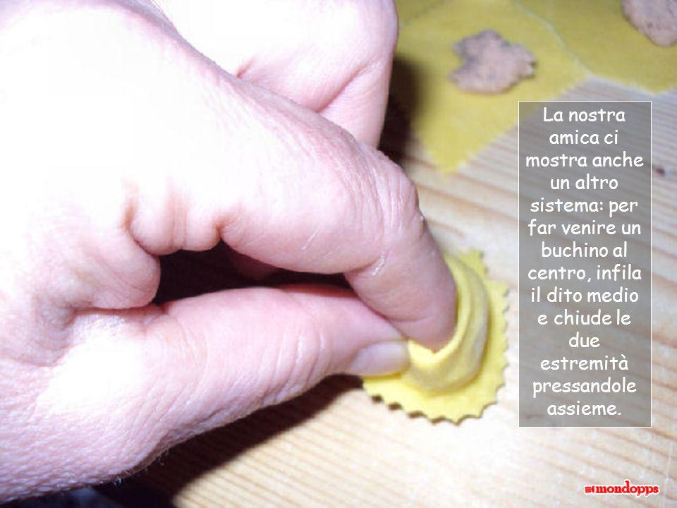 La nostra amica ci mostra anche un altro sistema: per far venire un buchino al centro, infila il dito medio e chiude le due estremità pressandole assieme.
