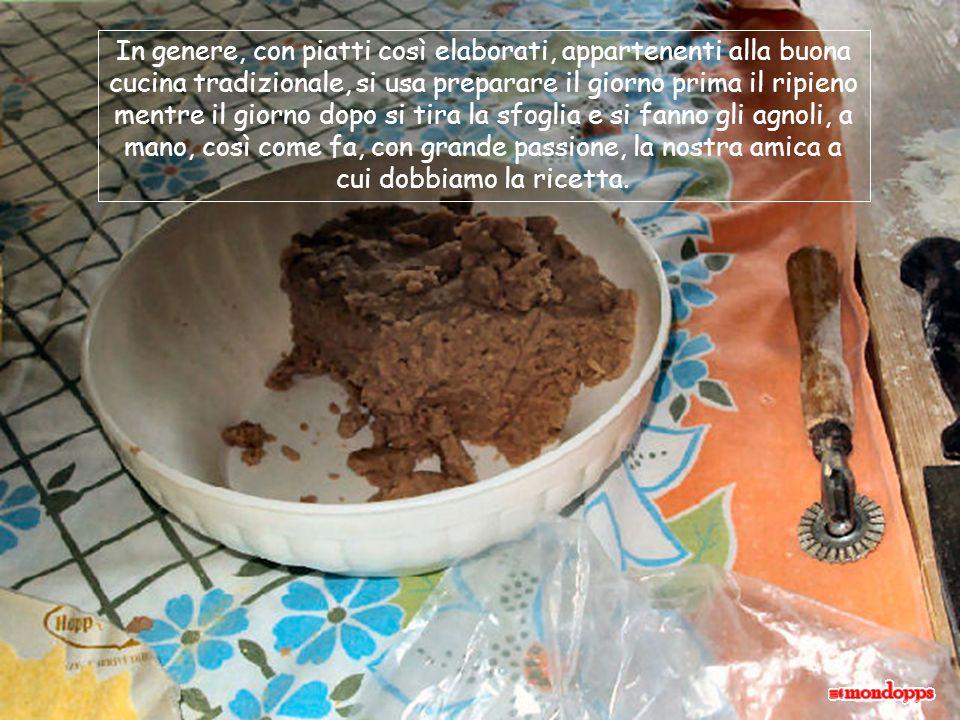 Insieme alle carni mettiamo: qualche costa di sedano, due carote e una cipolla; poi aggiungiamo le spezie: alloro, rosmarino, salvia, un pezzetto di cannella e un cucchiaino di pepe in grani.