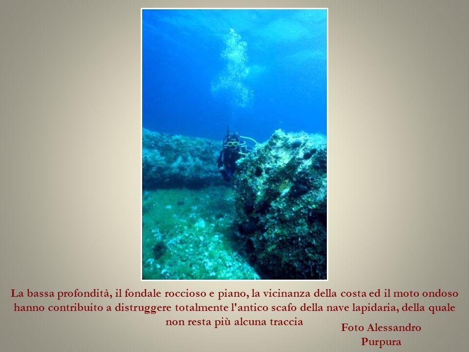 La bassa profondità, il fondale roccioso e piano, la vicinanza della costa ed il moto ondoso hanno contribuito a distruggere totalmente l antico scafo della nave lapidaria, della quale non resta più alcuna traccia