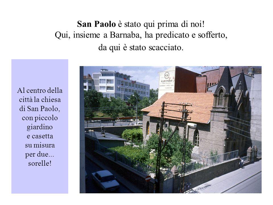 Al centro della città la chiesa di San Paolo, con piccolo giardino e casetta su misura per due...