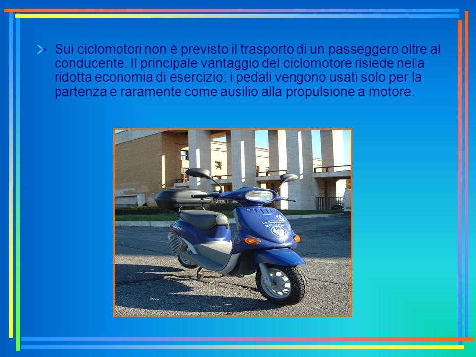 Sui ciclomotori non è previsto il trasporto di un passeggero oltre al conducente. Il principale vantaggio del ciclomotore risiede nella ridotta econom