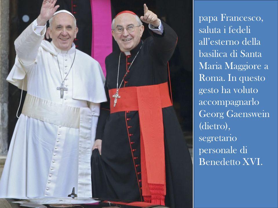 papa Francesco, saluta i fedeli allesterno della basilica di Santa Maria Maggiore a Roma.