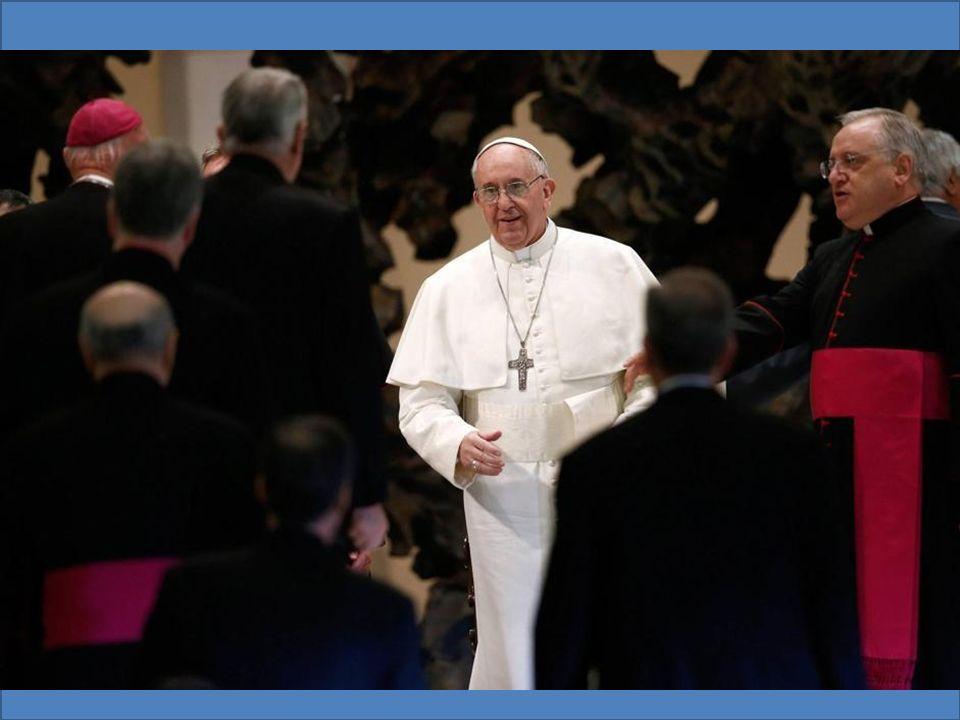 Papa Francesco sorseggia un mate prima di parlare ai giornalisti