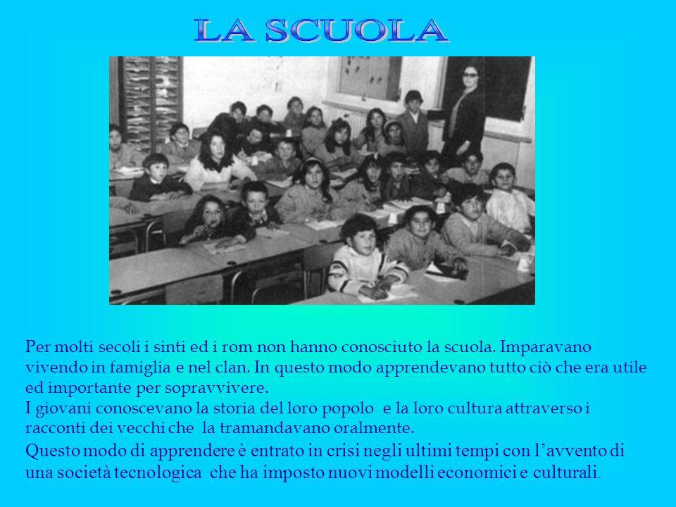 Per molti secoli i sinti ed i rom non hanno conosciuto la scuola. Imparavano vivendo in famiglia e nel clan. In questo modo apprendevano tutto ciò che