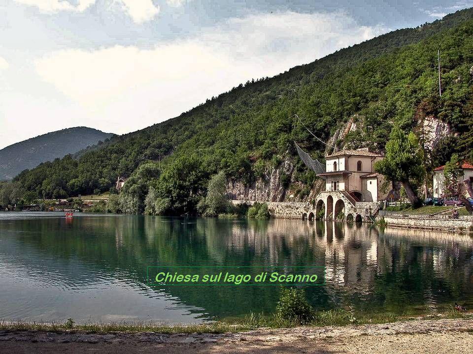 Chiesa sul lago di Scanno